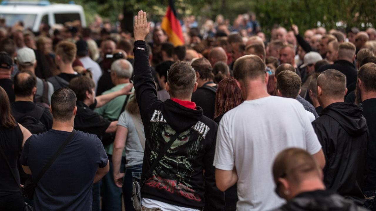 مرة أخرى مسيرة في المانيا..و رسم شمعة كبيرة على الرصيف مؤطرة بزهرة وحمامة سلام 2