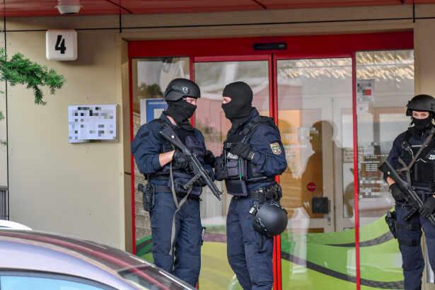 مداهمة ضخمة للشرطة و اعتقال أربعة أجانب