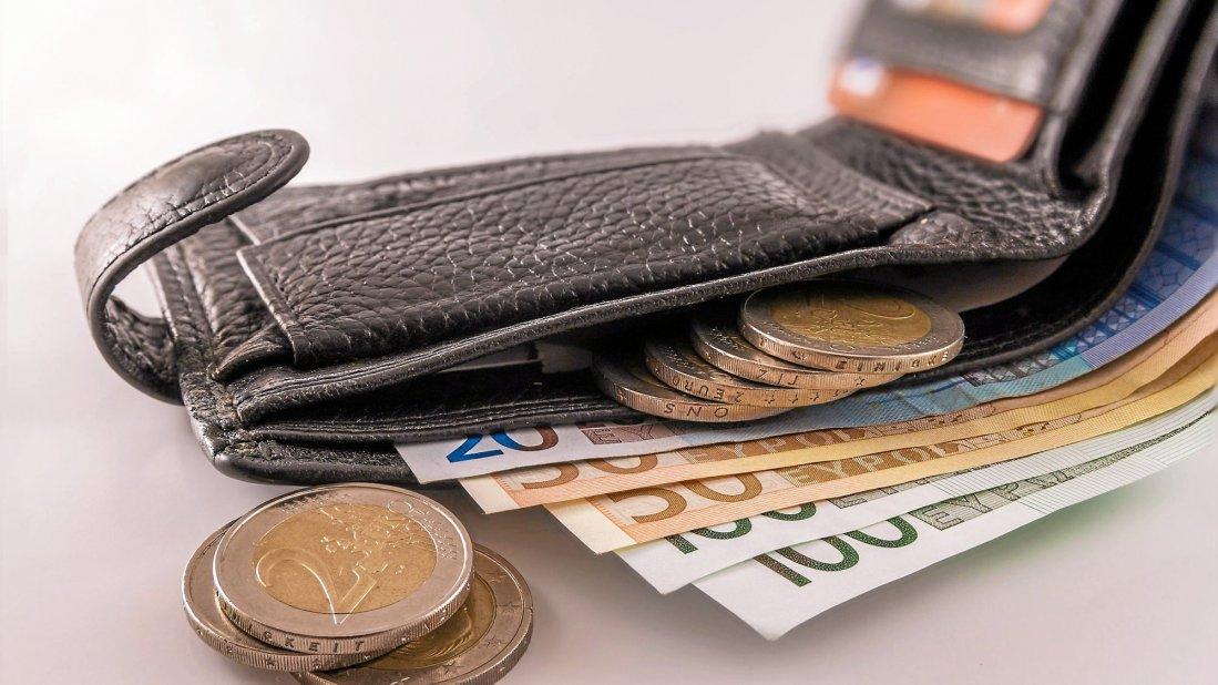 امرأة تجد محفظة ولم تسلمها