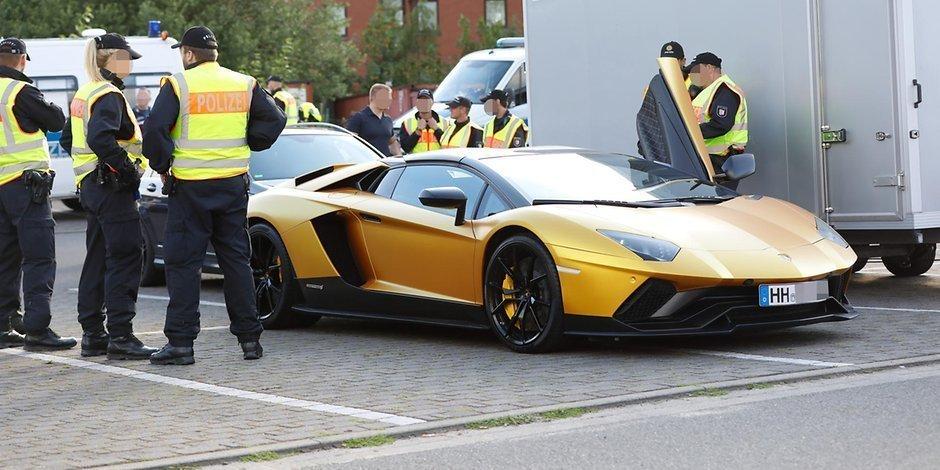 سيارة اللامبورغيني الذهبية في شوارع ألمانيا