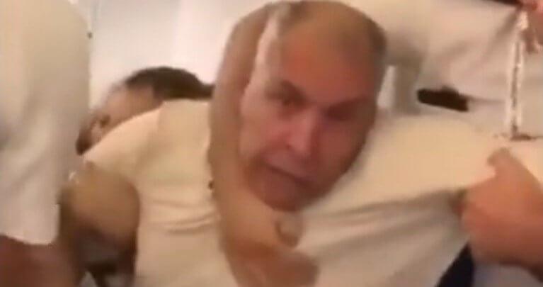 فيديو انتشار واسع لمقطع مصور يظهر عربياً يتعرض للضرب داخل طائرة أوروبية