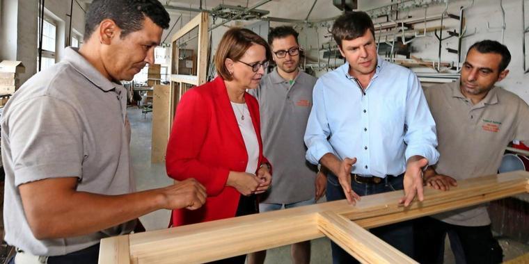 وزيرة الدولة الألمانية لشؤون الهجرة تزور مصنعاً يعمل فيه سوريون