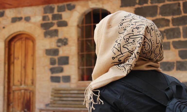 امرأة تتعرض لإهانات عنصرية بسبب حجابها في برلين