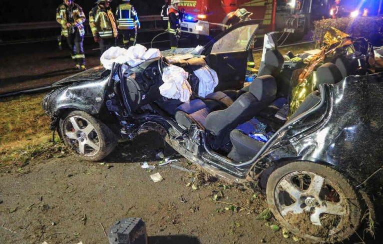 حادث سير ينتهي بالسائق في المستشفى بعد أن اقتلع 3 أشجار بسيارته