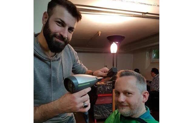 حلاقة شعر مجانية في مدينة ألمانية