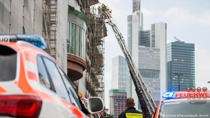 فريق إنقاذ يكتشف مفاجأة مرعبة في مبنى يحترق