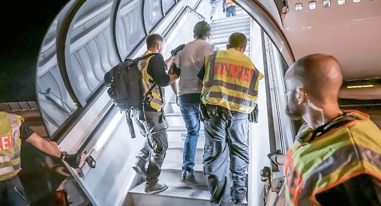 ألمانيا ترحل مجموعة من طالبي اللجوء إلى بلادهم