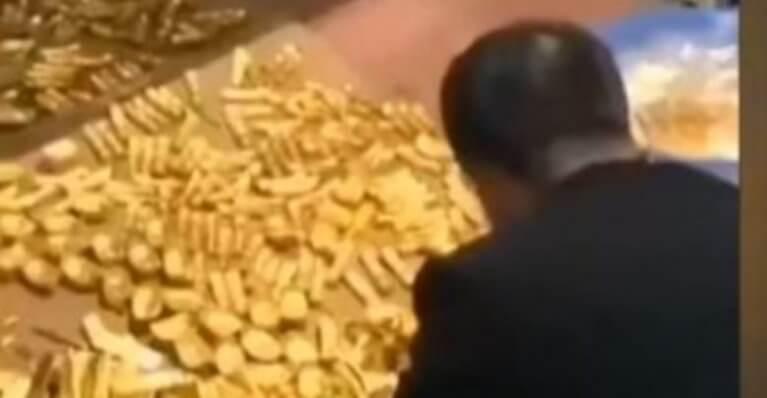 العثور على أطنان من الذهب و مليارات من الدولارات في منزل مسؤول فاسد
