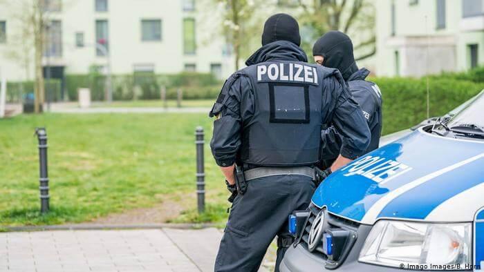 شخص يخطف سيارتين ويهدّد عدة أشخاص في ألمانيا
