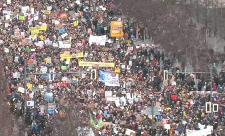 فيديو الآلاف يتظاهرون في برلين