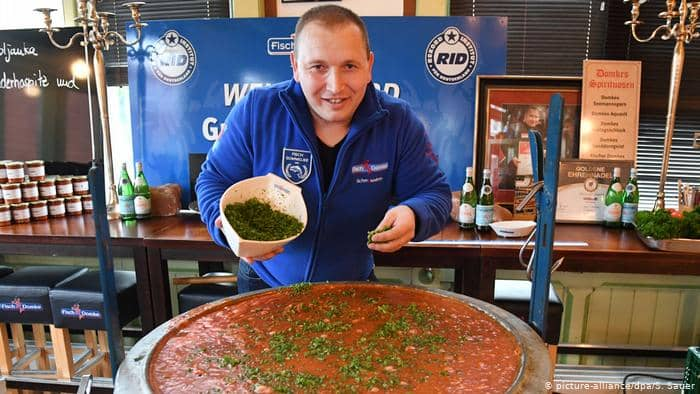 طاه ألماني يحقق رقماً قياسياً بأكبر طبق من حساء السمك الروسي