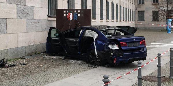 سيارة تصطدم بمبنى وزارة المالية الألمانية
