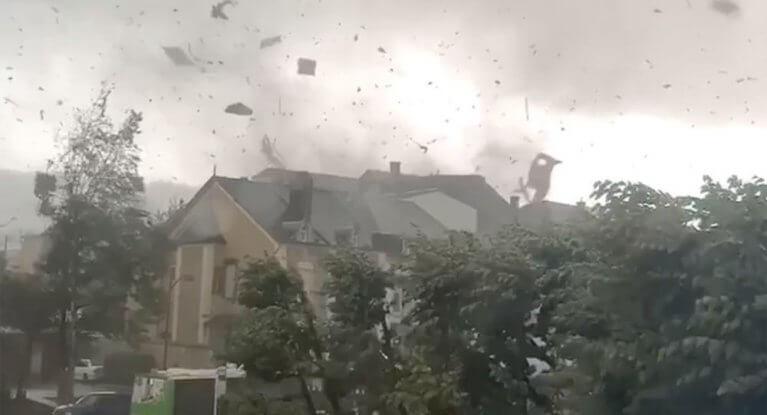 وكالة الأرصاد الجوية تحذر من عاصفة ترقى لقوة الإعصار