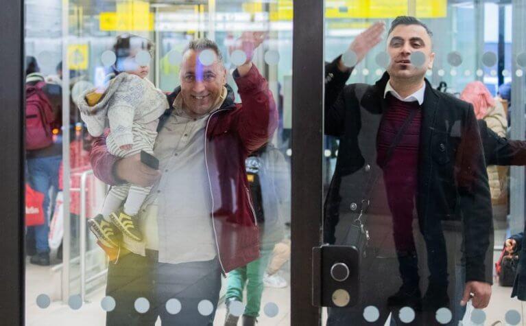 ألمانيا تستقبل طائرة تحمل عشرات اللاجئين السوريين