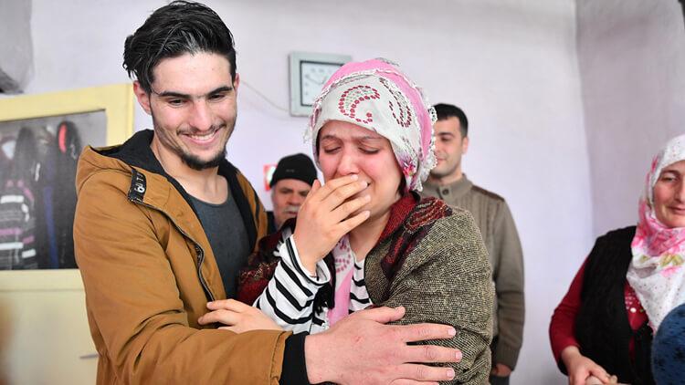 بالفيديو لقاء مؤثر بين سيدة تركية وشاب سوري اخرجها من تحت انقاض الزلزال