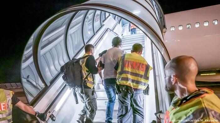 عملية ترحيل لاجئة وطفليها من ألمانيا تتسبب بعملية أمنية كبيرة