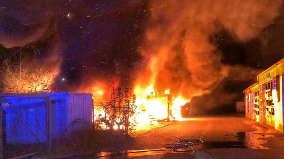 حريق مروع يطال العديد من السيارات في مدينة ألمانية