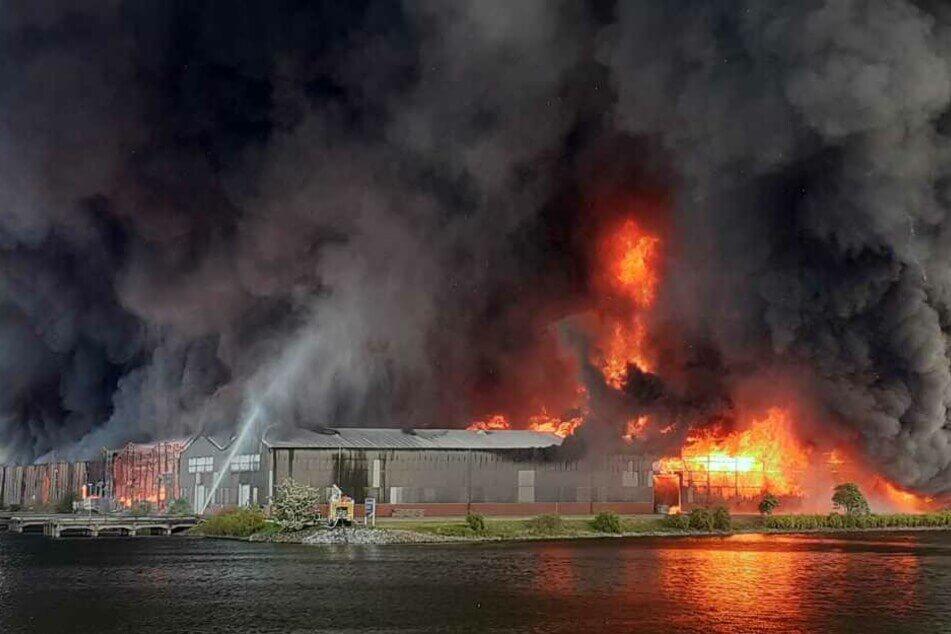 عاجل : حريق ٌضخم يتسبب بسحابةٍ مظلمة من الدخان فوق مدينةٍ ألمانية , و اشتعال العديد من المستودعات