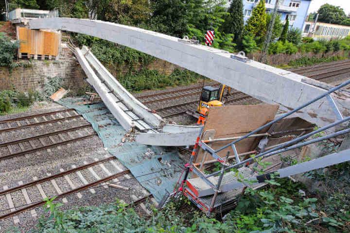 تحطم جسر على سكة حديد