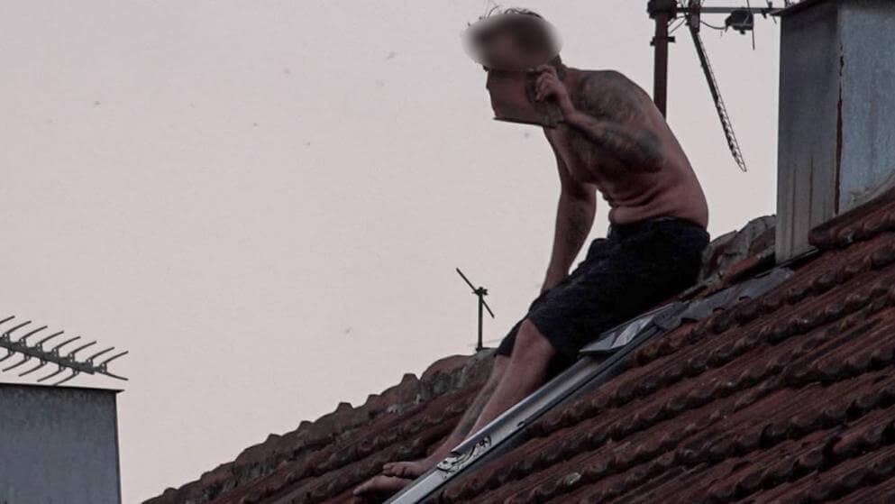 تأهب أمني كبير للشرطة الألمانية بسبب رجل يجلس نصف عارٍ على سطح ويرمي الطوب