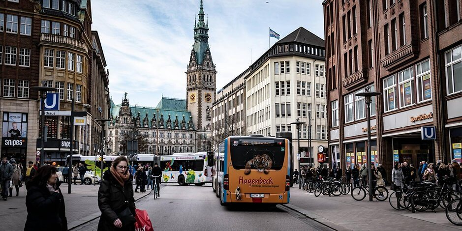 شارع ألماني خالي من السيارات