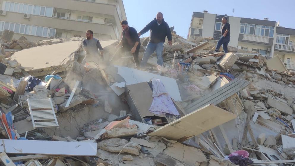 زلزال عنيف بقوة 7 درجات غرب تركيا وانهيار مباني