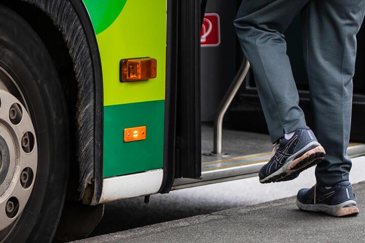 رجل يصعد حافلة ويسرق عدة مئات من اليوروهات في مدينة ألمانية