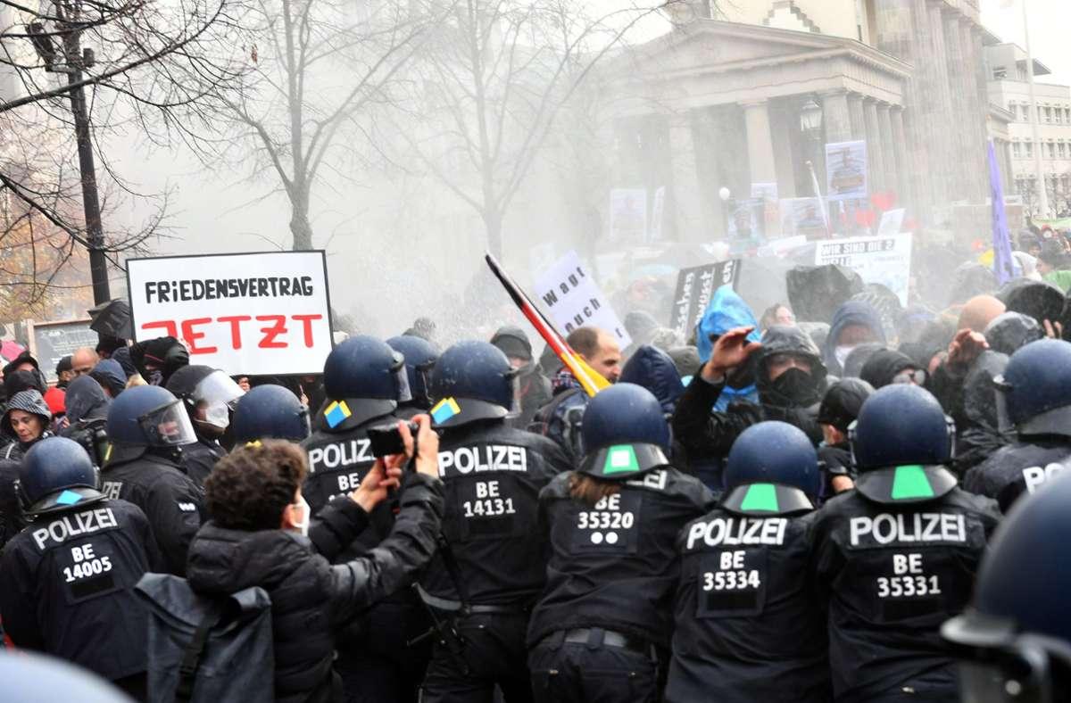 آلاف المتظاهرين في مدينة ألمانية احتجاجاً على قوانين كورونا المفروضة من قبل الحكومة الألمانية