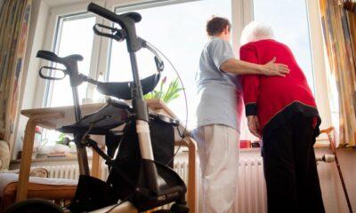 الآلاف من فرص العمل للرعاية في دور المسنين ، ومساعدات مطروحة من شركات التأمين الصحي في ألمانيا