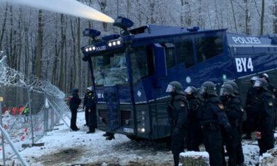 احتجاج في غابة ألمانية والشرطة ترد بخراطيم المياه