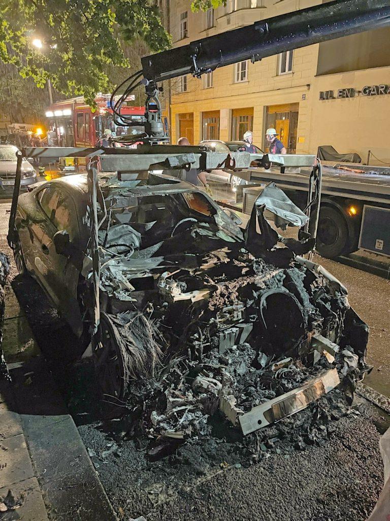 سيارة كهربائية فارهة أصبحت رماداً ونفايات خطرة في ألمانيا, عرب ألمانيا