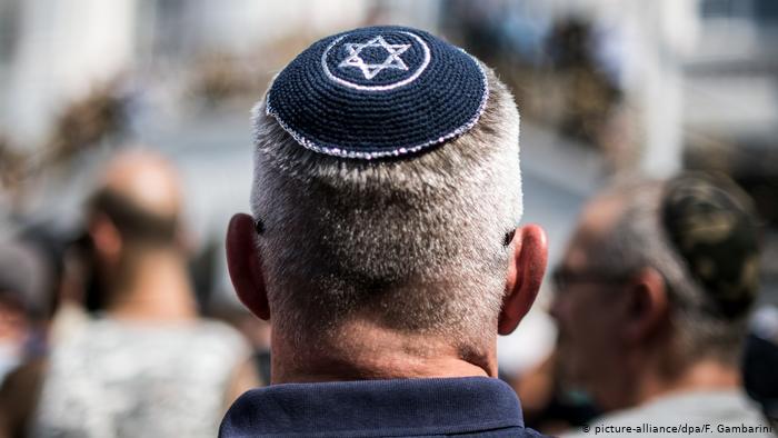 شاب تعرض للإهانة والضرب العنيف بسبب ارتدائه لهذه القبعة في ألمانيا, عرب ألمانيا